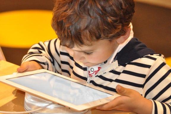Kind und Tablet